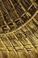 houten dak in een tropische inheemse hut foto