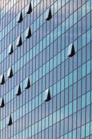 glazen gevel met geopende ramen foto