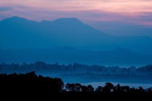 laag van savannebos en berg in Thailand foto