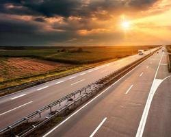 snelweg bij zonsondergang, in de buurt van belgrado in servië foto