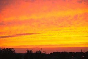dramatische kleuren van de zonsondergang boven de hemel foto