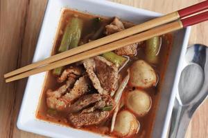 noodle varken of varkensvlees noodles in witte kom foto