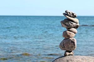zen rotsen met vage zee op achtergrond foto