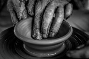 handen op het aardewerk wiel foto