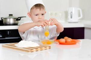 jonge jongen die chef-kok verdient foto