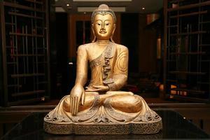 standbeeld van zittende gouden Boeddha foto