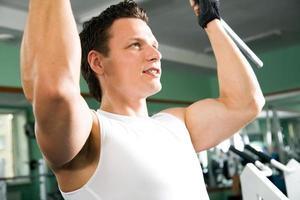 man met gewicht trainingsapparatuur foto