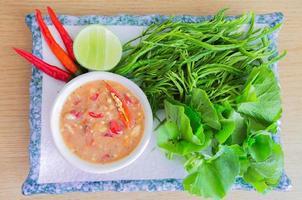 chilipasta met rauwe groenten foto
