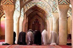 moslim vrijdag bidden in de gebedsruimte van de nasir al-molk-moskee foto