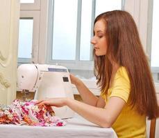 vrouw naaister werken aan de naaimachine foto