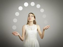 jongleren. grijze ballen. foto