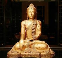 standbeeld van zittende gouden Boeddha