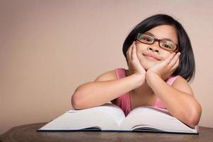 meisje ontspannen door een boek te lezen.