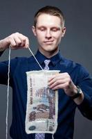zakenman ontbindt het 500-bankbiljet als een gebreide stof