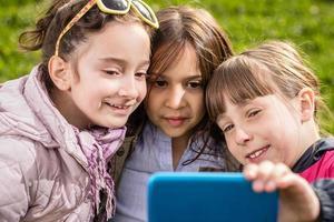 foto van meisjes die selfie maken