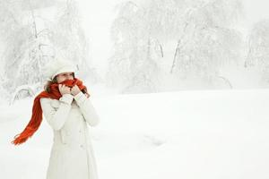 mooi ontspannen meisje vrijheid denk portret winter buiten met foto