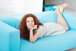 mooie vrouw in een woonkamer foto
