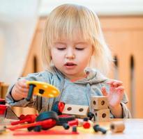 schattig meisje speelt met constructor foto