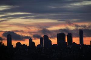 wolkenkrabbers onder donkere zonsondergang foto