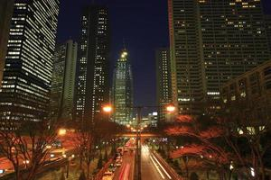 nacht uitzicht op wolkenkrabbers in shinjuku subcenter gebied foto