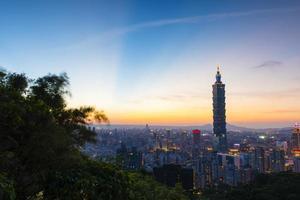 lichtstraal op de blauwe hemel van taipei foto