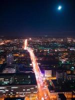 uitzicht vanaf een wolkenkrabber vysotsky op de nacht stad Jekaterinenburg foto