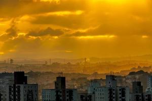gele lucht foto