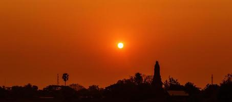 zonsondergang over lagere pagodetempel, kamphaeng phet, Thailand foto