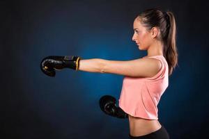jonge vrouw boksen