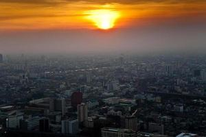 uitzicht over de skyline van bangkok in zonsondergang foto