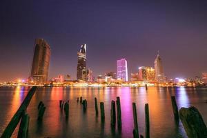 ho chi minh stad saigon rivier 's nachts foto