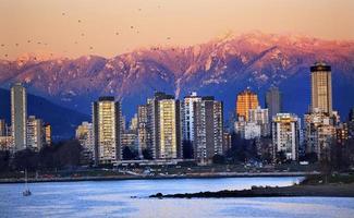 vancouver skyline haven engelse baai sneeuw bergen zonsondergang foto