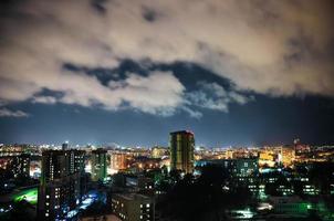 stad bij nacht, panoramische scène foto