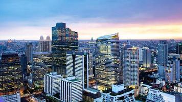 Cityscape van Bangkok, zakenwijk met hoog gebouw in de schemering foto
