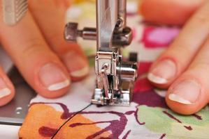 vrouw naaister werken aan de naaimachine