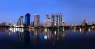 stadsgezicht weergave van moderne gebouwen op benjakitti tuin in de schemering foto