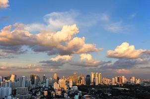brede hoek over lumipini park uitzicht op bangkok, thailand. foto