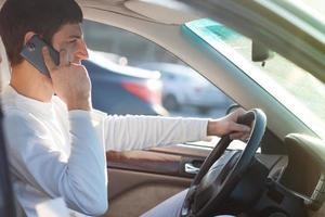 man rijden tijdens het gebruik van smartphone foto