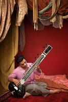 jonge sitar muzikant foto