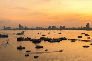 pattaya stad en zee in de ochtend, thailand
