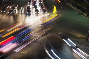 verkeer op de kruising in de stad foto