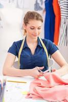zelfverzekerde kleermaker op het werk. foto
