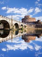 engel kasteel met brug over de rivier de tiber in rome, italië foto