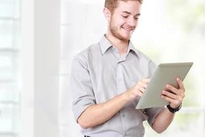 zakenman die tabletpc op witte achtergrond met behulp van foto