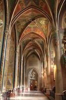 interieur van gotische heropleving basiliek foto