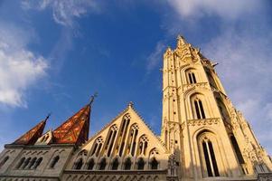 de Matthiaskerk in Boedapest op de zonsondergang.
