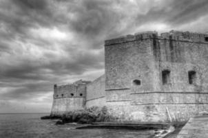 versterkte kasteelmuren tegen een dramatische hemel