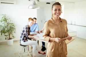 afbeelding van zakenvrouw kijken naar tablet foto