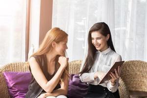 Azië vrouwen zakenmensen ontmoetingspunt voor het bespreken, plannen en online verhandelen van economische cosmetica. foto