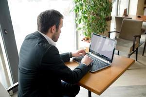 zakenman is surfen op het net foto